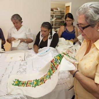 Bordadoras de Cartago darán vida a la vestidura litúrgica que llevará el Papa Francisco en Cartagena