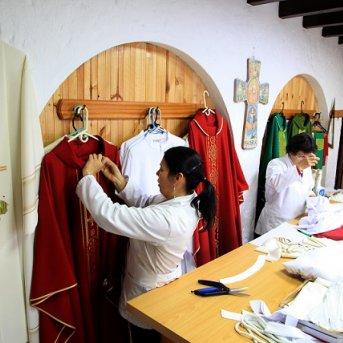 Talleres tradicionales de la ornamentación litúrgica vestirán al Papa Francisco y sus Obispos en la Santa Misa de Bogotá